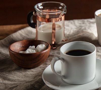 COMMENT NETTOYER UNE TACHE DE CAFÉ