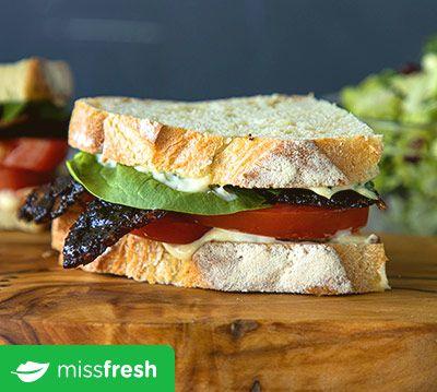 Sandwich BLT avec bacon confit au café